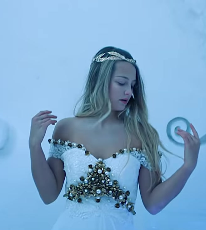 """Fashion Trends 2021: Gold Bridal Tiara Worn by Model in """"Hielo"""" by Daddy Yankee Official Music Video"""