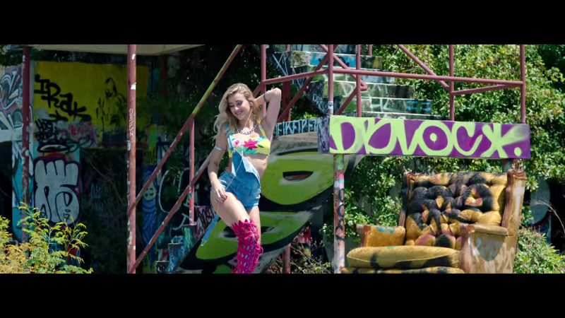 """Fashion Trends 2021: Printed Yellow Crop Top and Denim Overall Shorts Worn by Model in """"Única"""" by Ozuna Music Video"""