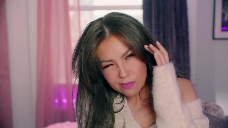 """Oversized Sweater Worn by Thalía in """"No Me Acuerdo"""" Music Video - Female Fashion Outfits and Products"""