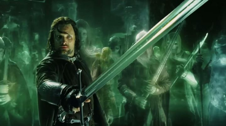 Anduril's sword of King Elessar / Aragorn (Viggo Mortensen) as seen in the Lord of the Rings: The Fellowship of The Ring - Movie Outfits and Products