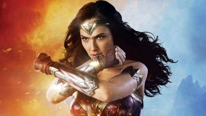 Fashion Trends 2021: Armbands in gold of Wonder Woman / Diana Prince (Gal Gadot) in Wonder Woman