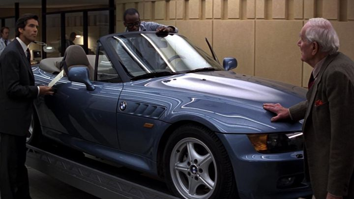BMW Z3 driven by James Bond (Pierce Brosnan) as seen in GoldenEye - Movie Outfits and Products