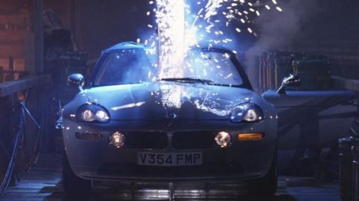 BMW Z8 driven by James Bond (Pierce Brosnan) as seen in The World Is not Enough - Movie Outfits and Products
