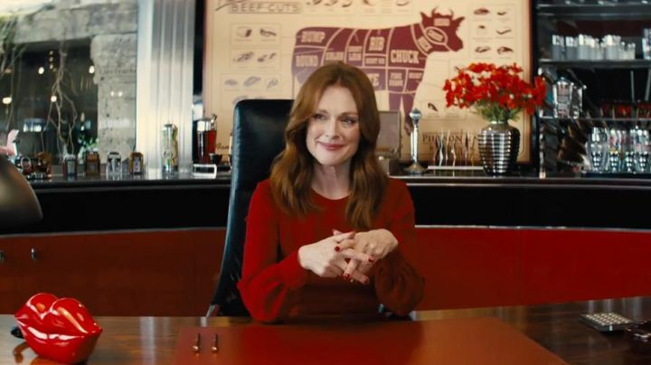 Beef Cuts Chart in the office of Poppy (Julianne Moore) dans Kingmsan: The Golden Circle - Movie Outfits and Products