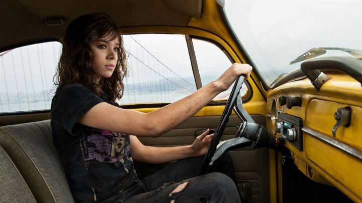 Black T-Shirt worn by Charlie (Hailee Steinfeld) in Bumblebee movie