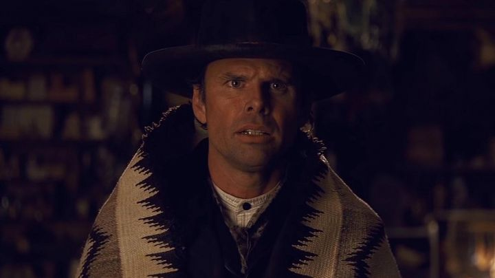 Blanket of Sheriff Chris Mannix (Walton Goggins) in The Hateful Eight - Movie Outfits and Products