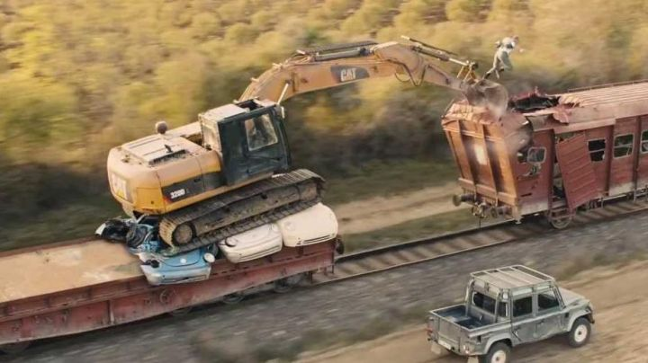 Caterpillar 320D L Hydraulic Excavator driven by James Bond (Daniel Craig) as seen in Skyfall - Movie Outfits and Products