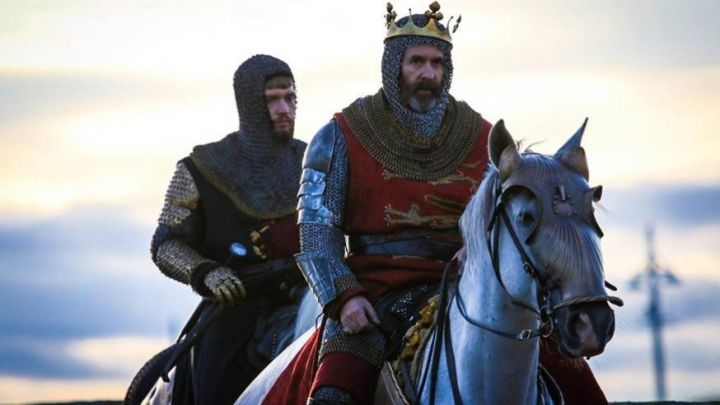Edward I of England's (Stephen Dillane) tunic as seen in Outlaw King Movie