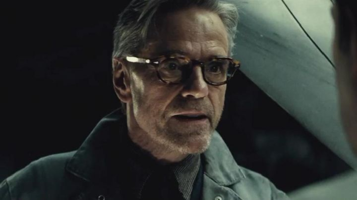 Fashion Trends 2021: Glasses of view of Jeremy Irons in Batman v Superman : Dawn of Justice