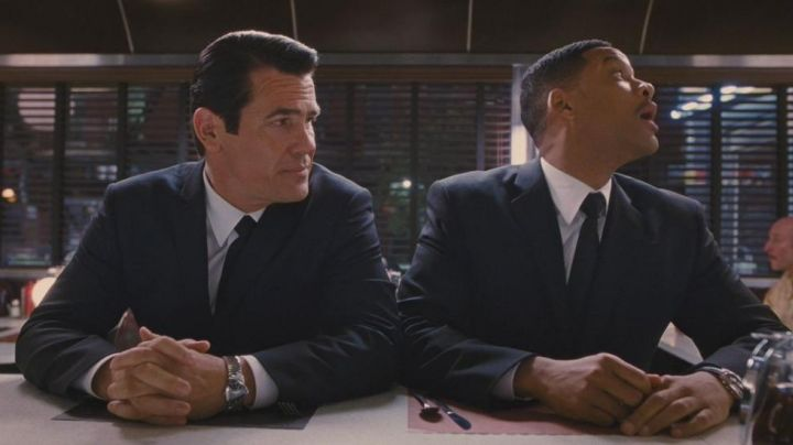 Hamilton Ventura XXL watch worn by Josh Brolin and Will Smith in Men in Black 3 - Movie Outfits and Products