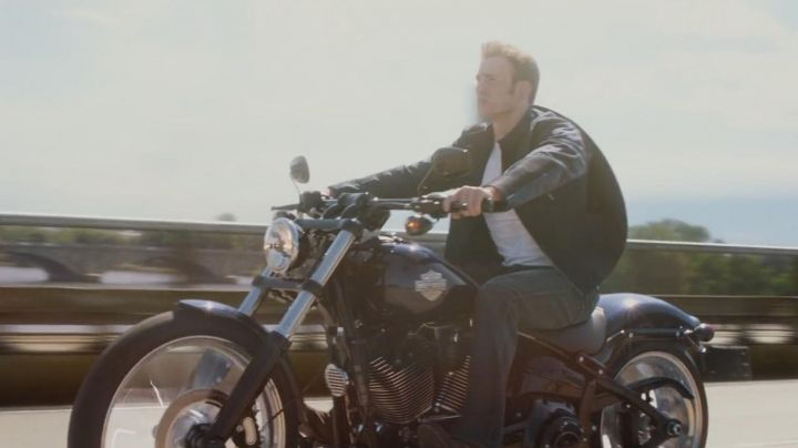 Harley-Davidson Softail Breakout of Chris Evans in Captain America : The soldier winter - Movie Outfits and Products