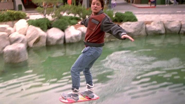 Hoverboard (Crealev) used by Marty McFly (Michael J. Fox) in Back To The Future Part II - Movie Outfits and Products