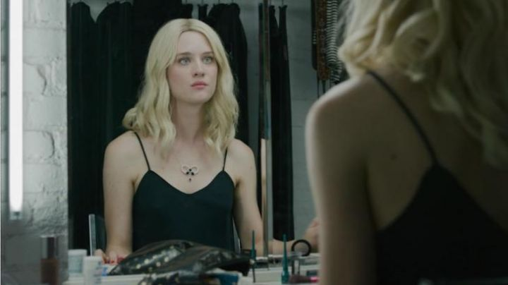 Isabelle's (Mackenzie Davis) Prestige liquid eye liner in Memory Box - Movie Outfits and Products