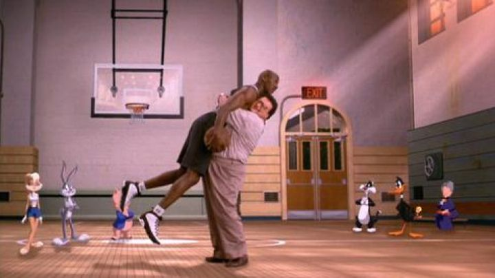 JORDAN SPACE JAM #CHALLEGESNEAKERS - Movie Outfits and Products