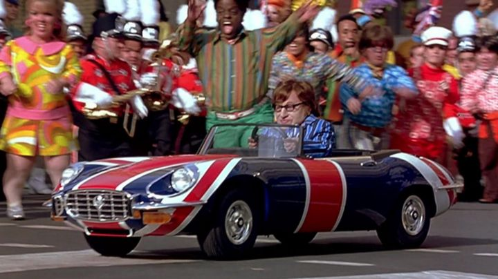 Jaguar E-Type / Mini Me's Shaguar in Austin Powers in Goldmember - Movie Outfits and Products