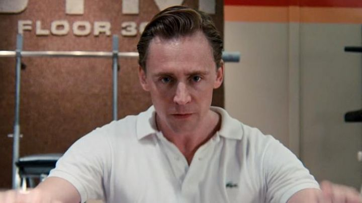 Fashion Trends 2021: Lacoste polo white, Dr Robert Laing (Tom Hiddleston) in High-Rise