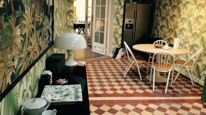 Fashion Trends 2021: Lamp head the kitchen of André Dussollier in Adopt a widower