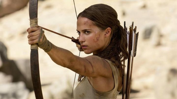 Long bow of hunting Lara Croft (Alicia Vikander) in Tomb Raider - Movie Outfits and Products