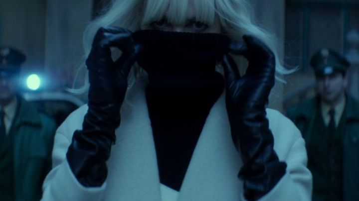 Fashion Trends 2021: Long gloves leather for Lorraine Broughton (Charlize Theron) in Atomic Blonde