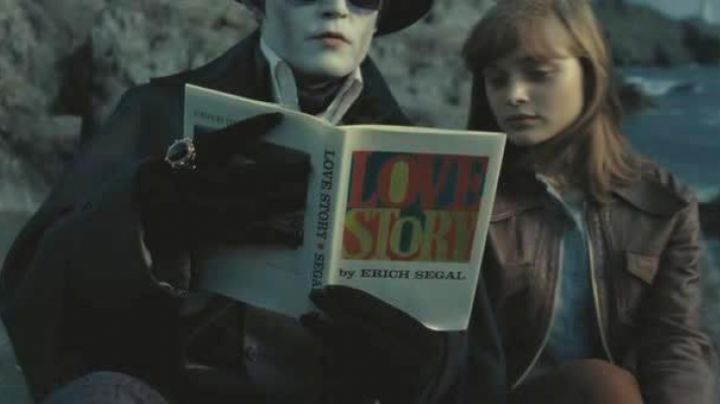 Fashion Trends 2021: Love Story read on the beach by Johnny Depp in Dark Shadows