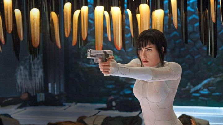 Major Motoko Kusanagi's (Scarlett Johansson) Thermoptic pistol in Ghost in The Shell - Movie Outfits and Products