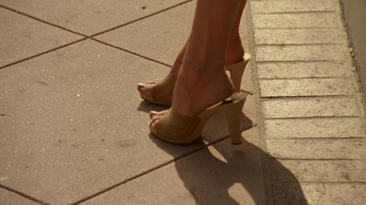 Mules heels of Erin Brockovich (Julia Roberts) in Erin Brockovich, alone against all - Movie Outfits and Products