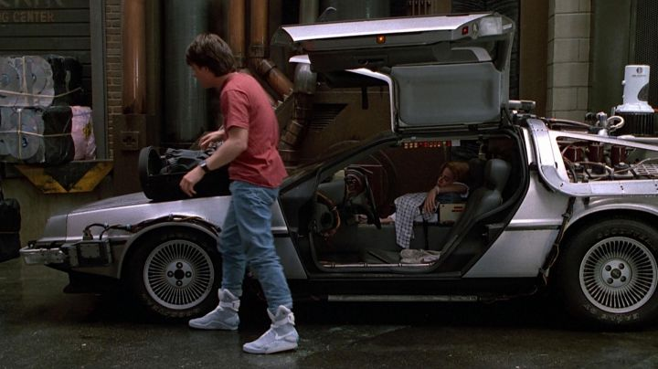Nike shoes self-laçantes of Marty McFly (Michael J. Fox) in Back to the Future 2 - Movie Outfits and Products