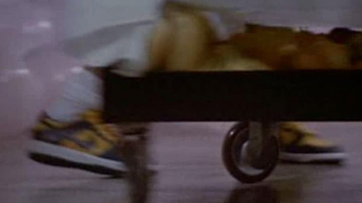 Fashion Trends 2021: Nike shoes yellow and black in The witches of Eastwick