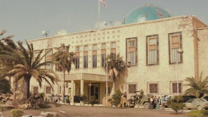 Outside of the Palace to the republic and seat of the intelligence Mukhabarat in the Green Box turned on the basis of Los Alcázares - Movie Outfits and Products