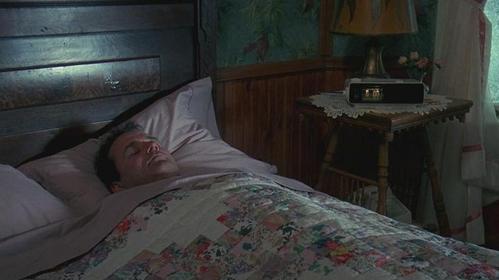 Panasonic RC-6025 Alarm Clock of Phil Connors (Bill Murray) in Groundhog Day - Movie Outfits and Products