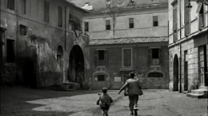 Piazza dei Mercanti in Rome, The bicycle thieves - Movie Outfits and Products