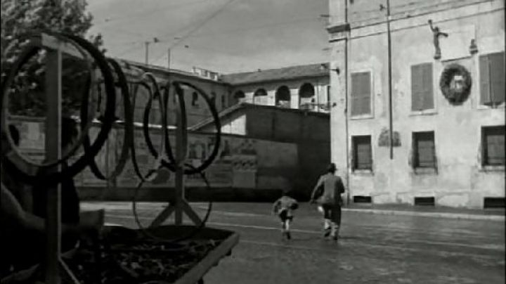 Piazza di Porta Portese, in Rome, The bicycle thieves - Movie Outfits and Products