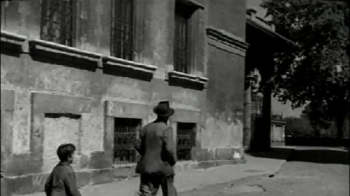Piazza di San Salvatore in Lauro, in Rome, The bicycle thieves - Movie Outfits and Products