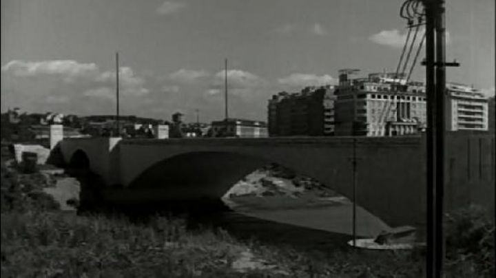 Ponte Duca D'aosta in Rome, The bicycle thieves - Movie Outfits and Products