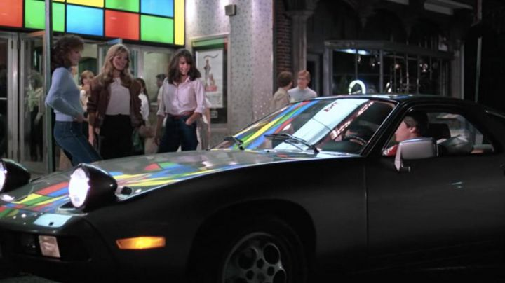 Porsche 928 driven by Joel Goodson (Tom Cruise) as seen in Risky Business - Movie Outfits and Products