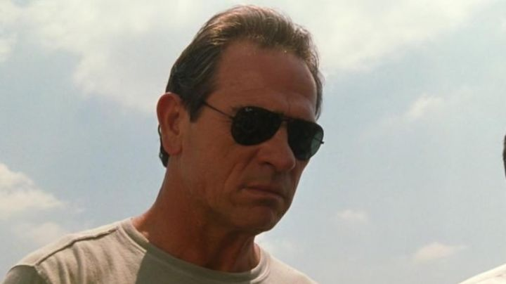 Ray-Ban sunglasses worn by Marshal Samuel Gerard (Tommy Lee Jones) in U.S. Marshals movie