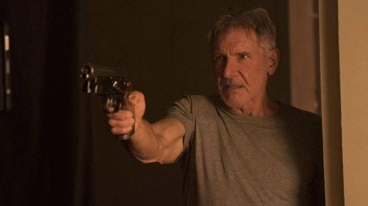 Rick Deckard's (Harrison Ford) gun in Blade Runner 2049 - Movie Outfits and Products