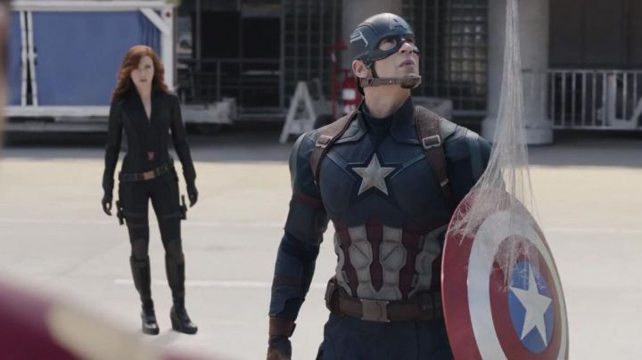 Shield of Captain America (Chris Evans) in Captain America: Civil War - Movie Outfits and Products