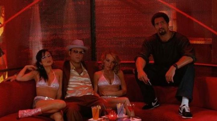 Shoes Nike Cortez black of Elliot Wilhelm (Dwayne Johnson) in Be Cool - Movie Outfits and Products