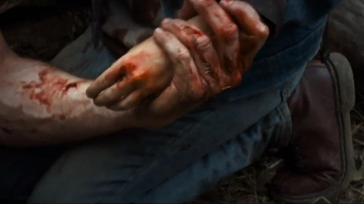 Shoes bordeaux Dr. Martens of X-23 in Logan - Movie Outfits and Products