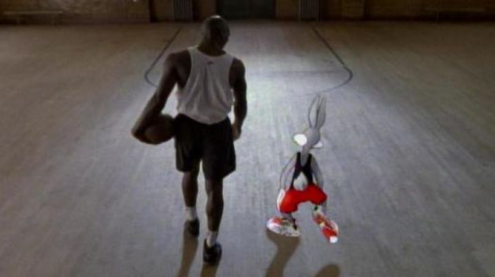 Fashion Trends 2021: Shoes white and red Nike Bugs Bunny in Space Jam