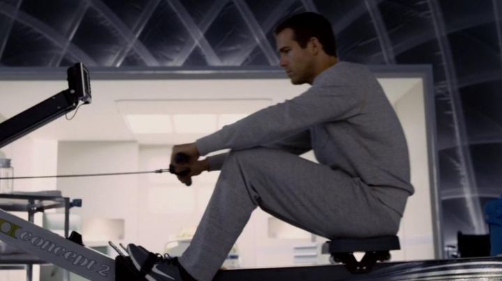 Sneakers Nike Free Run dark Damian Hale (Ryan Reynolds) in Rebirths - Movie Outfits and Products