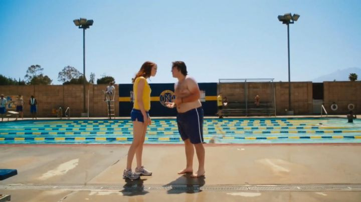 Fashion Trends 2021: Sneakers Nike Mesh grey Olive Penderghast (Emma Stone) in Easy Girl