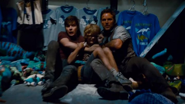 Fashion Trends 2021: Sneakers Nike blue and black Gray Mitchell (Ty Simpkins) in Jurassic World