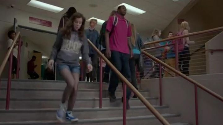 Sneakers Vans high tops blue of Nadine on The Edge of seventeen - Movie Outfits and Products