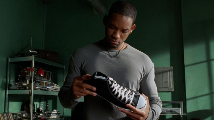 Sneakers black Converse officer Del Spooner (Will Smith) in I, Robot - Movie Outfits and Products