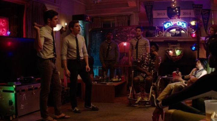 Sneakers blue Pete (Dave Franco) in Our worst neighbors - Movie Outfits and Products
