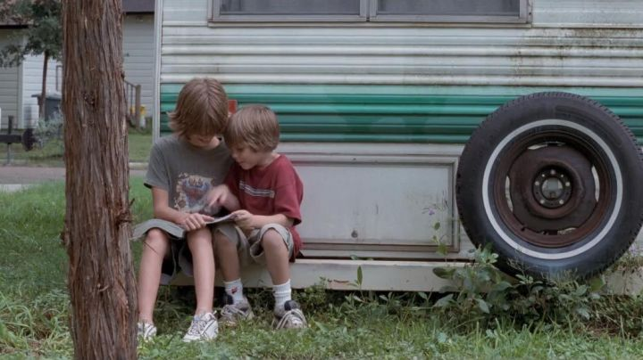 Sneakers grey and white of Mason in Boyhood - Movie Outfits and Products