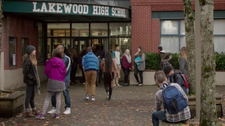 Sneakers high tops all white in The Edge Of Seventeen - Movie Outfits and Products