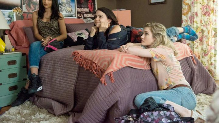 Sneakers high tops black in the movie the Duff - Movie Outfits and Products